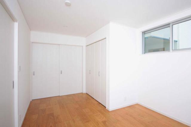 2階洋室。収納たっぷり、使い勝手の良いお部屋です。