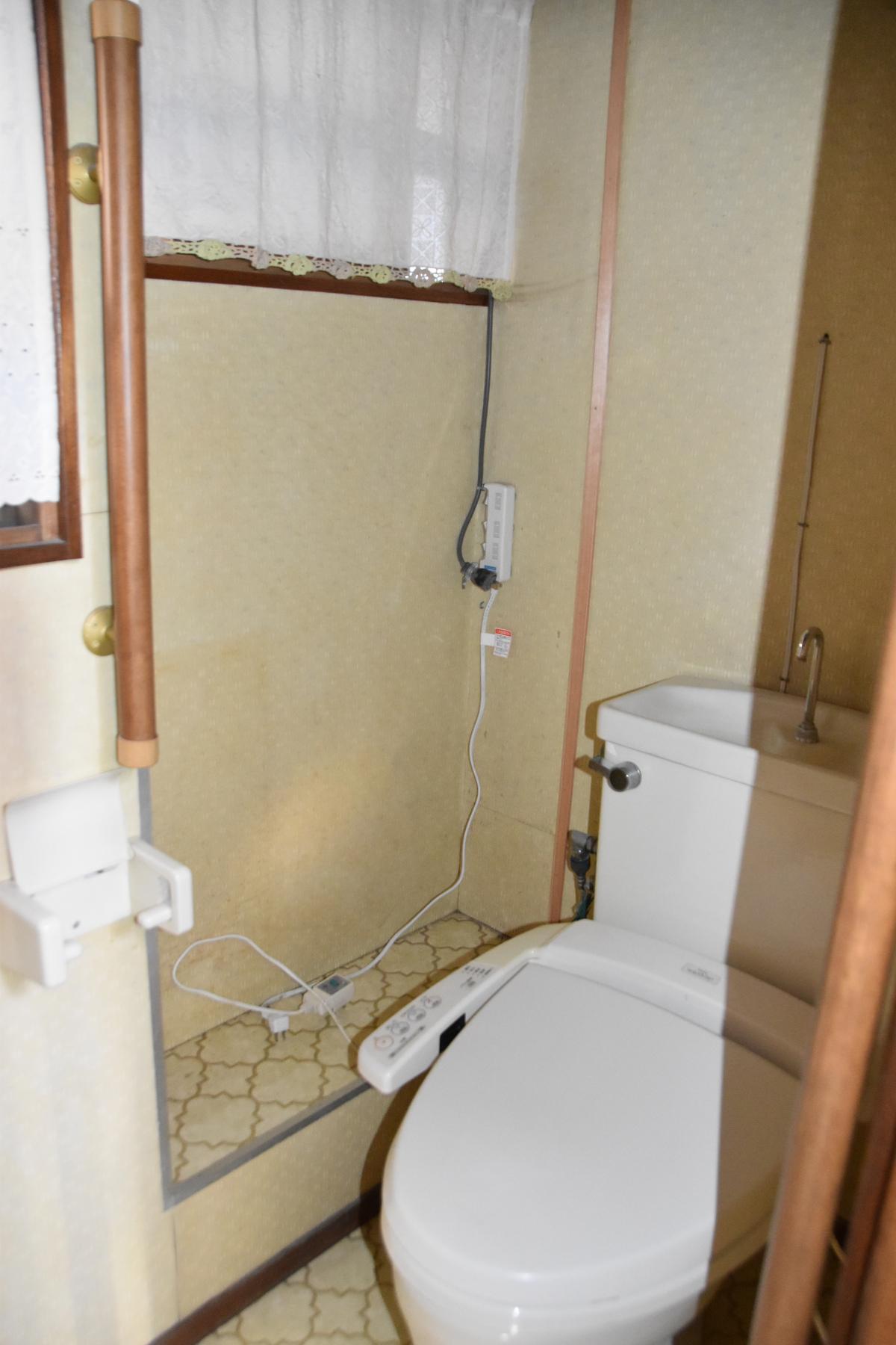 トイレ 向かいに小さな洗面台があり、手を洗うことができます。