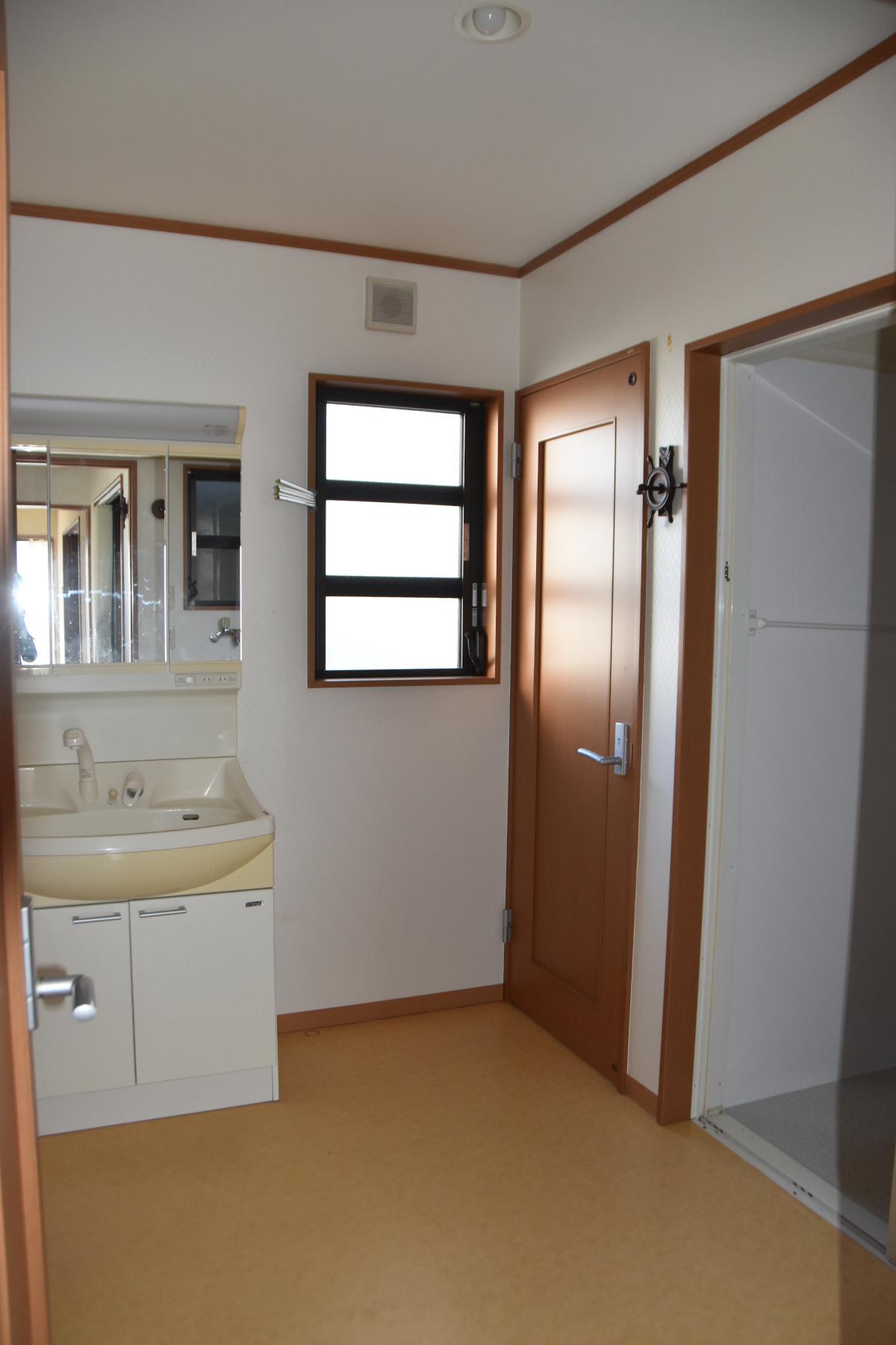 洗面所 洗濯機置き場は、入り口のすぐ右手側にあります。
