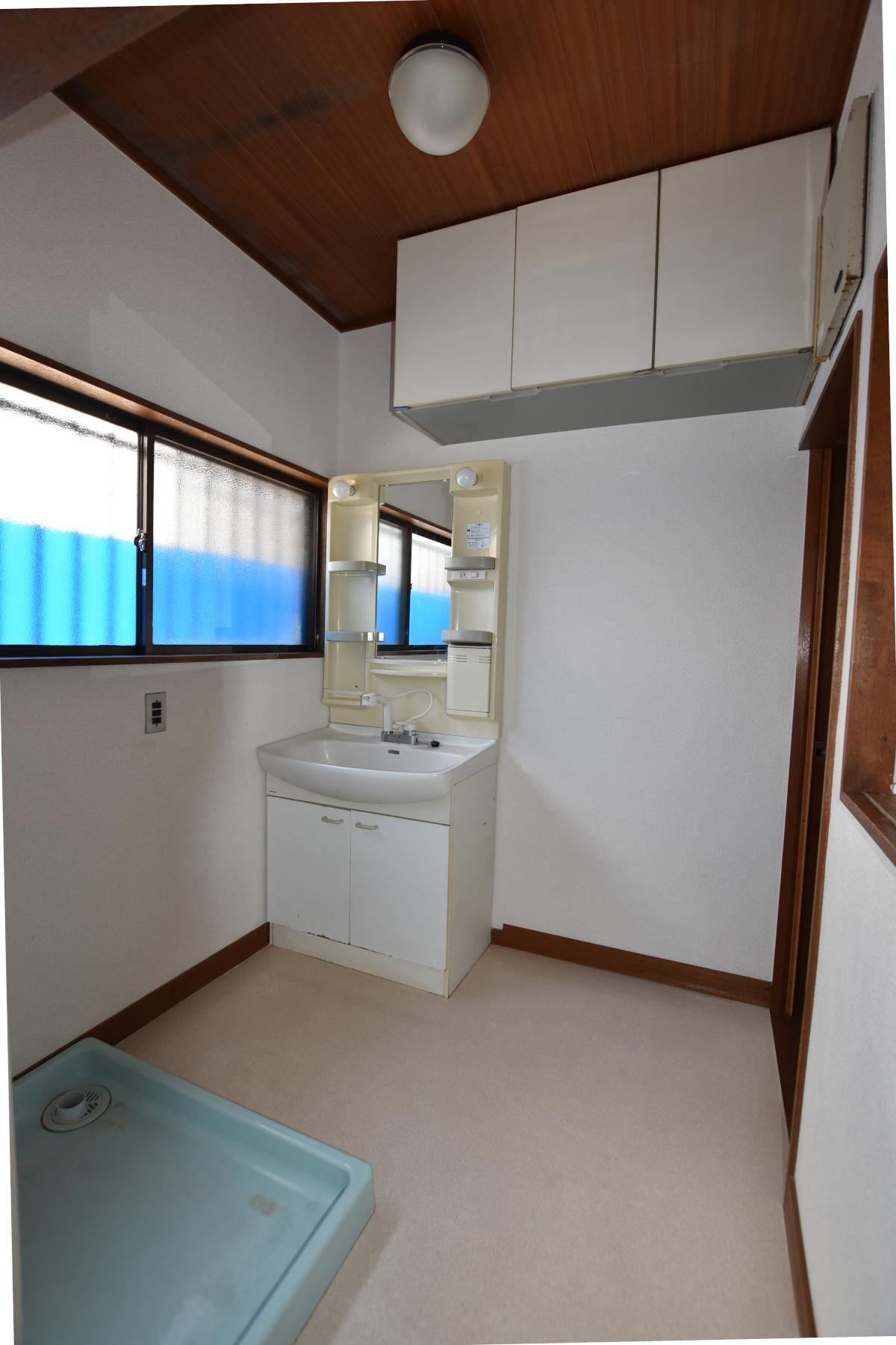 洗剤等置ける棚や収納あり。