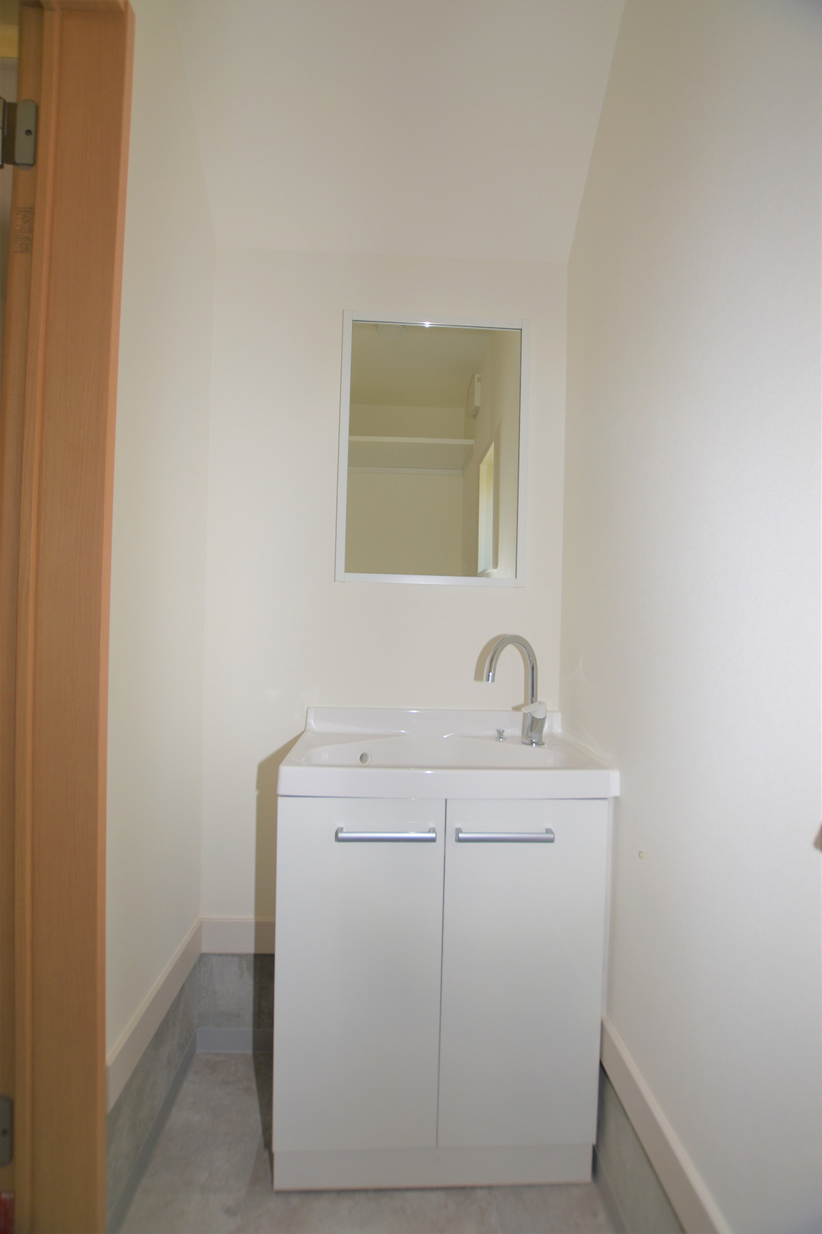 トイレの向かいに洗面台があります。