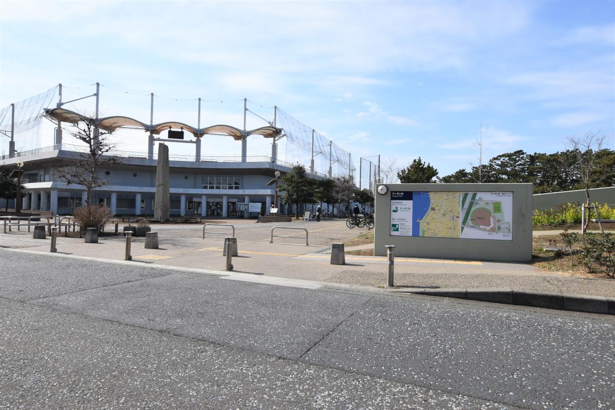 広い茅ヶ崎公園、野球場、テニスコートもあります。