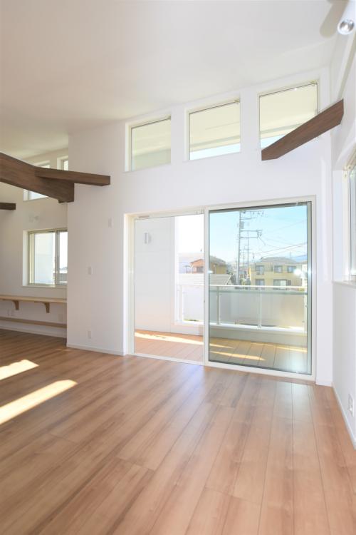 すのこ床を貼ったバルコニーは、解放感のある居室の趣があります。