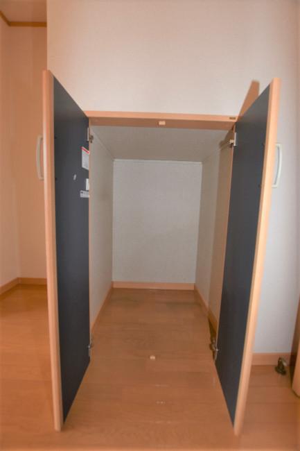 収納 左隣に冷蔵庫を置くスペースがあります