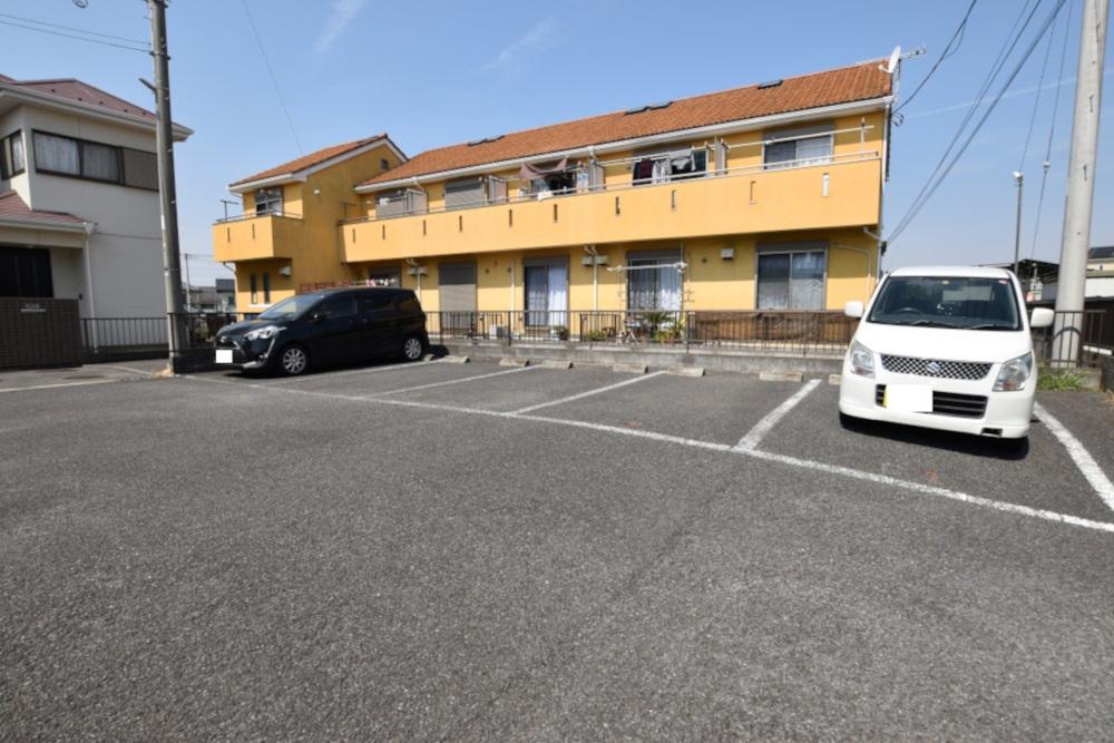 写真の左から3番目が、104号室専用の駐車スペースです